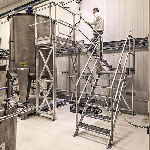 Aluminium vast opgestelde platformtrap - Roossien Hoogwerktechniek