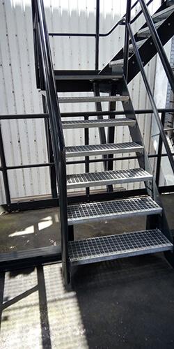 Vaste trap met roostertreden en gecoate leuning - Roossien Hoogwerktechniek